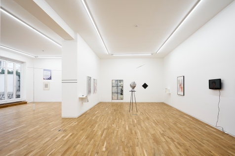 Exhibition view. From left to right: Willi Baumeister, Sitzende Figur, 1930; Sarah Lehnerer, The Other*, 2018; Alessandro Balteo-Yazbeck, Level, 2017 (Private Performance); Barry Le Va, Studies for Combinations and Arragments of Sculpture Occupying Wall and Floor Areas, Lithographs and Collage, 1989¬ —1991, and Fictional Excerpts. Interviews, scrapbooks, notes, 1969 – 2003; Enrique Radigales, Injerto _206136312, 2017, and Injerto _780542304, 2017; Stefan Vogel, Denn so läuft's normalerweise, 2018; Alexi Tsioris, Ohne Titel, 2017—2018; Daniel Steegmann, Ubá, 2015, and Systemic Grid #100, 2016; Fred Sandback, Druckgrafik, 1975, Werkverzeichnis der Druckgrafik, 1970 – 1986, and 16 variationen von 2 diagonalen linien, 1972; Hermann Nistch, Ohne Titel (Variation Entwurf zu einem Gralstempel), 1985–1990; and Esther Ferrer, Extrañeza, desprecio, dolor y un largo etc., 2013.
