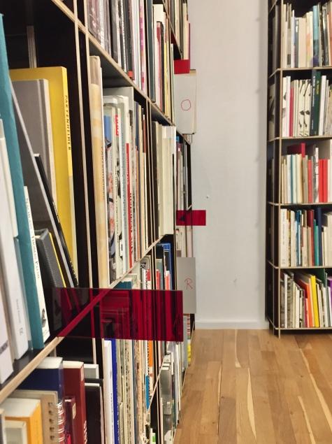Victor Leguy, BABEL, façamo-nos um nome / BABEL, Let us make a name / BABEL, Lass uns einen Namen machen, 2018, Anleitung, Formen, farbiges Plexiglas, Bücher.